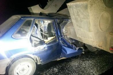 Под Мангушем легковушка въехала в тягач с военной техникой, погибла женщина