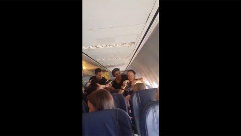 Пассажирка устроила дебош на самолете Барселона-Киев