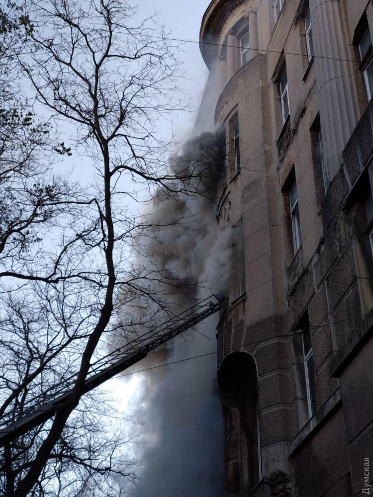 В Одессе горит колледж, проходит эвакуация (фото) - 3 - изображение