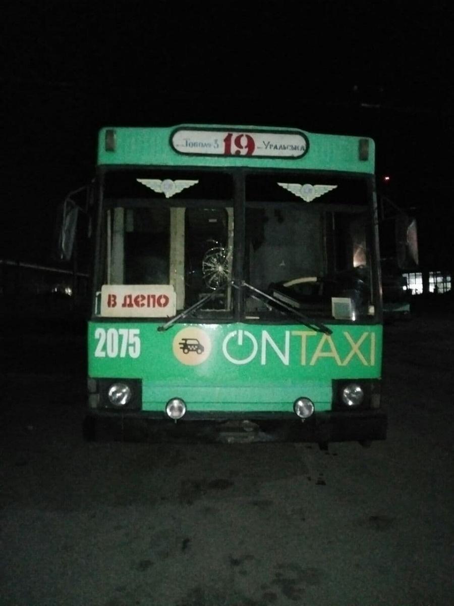 Селфи за 500 тыс. грн: в Днепре подростки ради фото разгромили троллейбусы - 2 - изображение
