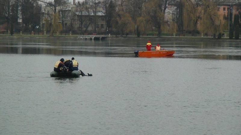 «Всплывёт сам» — мэр Ивано-Франковска «пошутил» о поисках пропавшего в озере мужчины (видео) - 1 - изображение