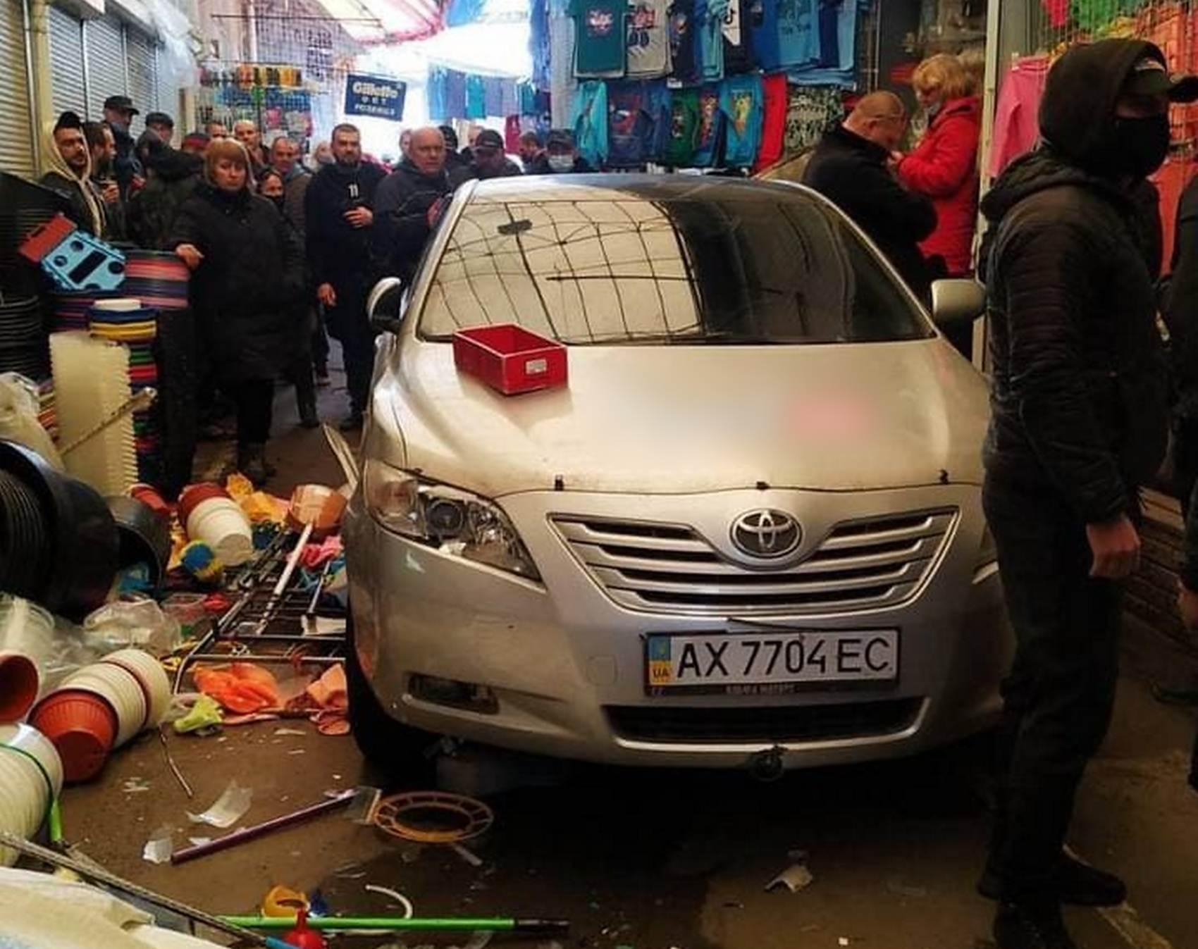 В Харькове водитель въехал в торговые ряды на рынке «Барабашово» (видео)